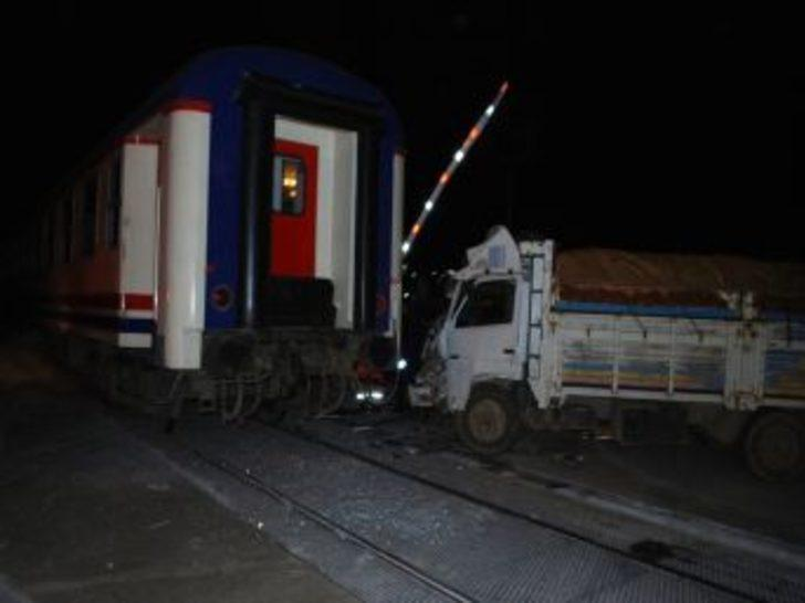 Tren kamyona çarptı: 1 yaralı