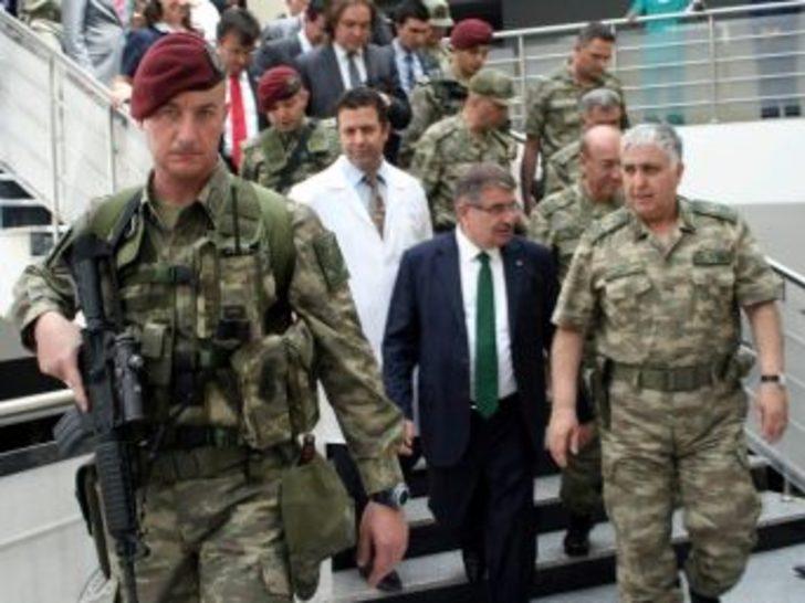 İçişleri Bakanı Şahin Ve Genelkurmay Başkanı Özel Yaralı Askerleri Ziyaret Etti