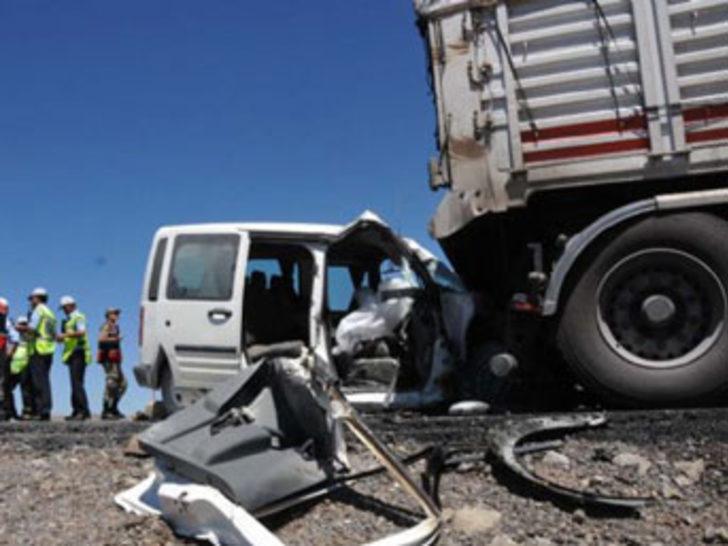 Kamyonet TIR'a çarptı: 3 ölü