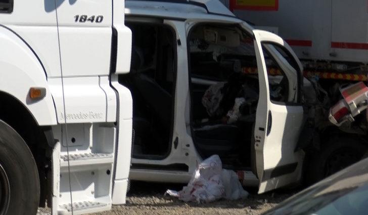 Hafif ticari araç, TIR'a çarptı: 2 ölü, 2 yaralı