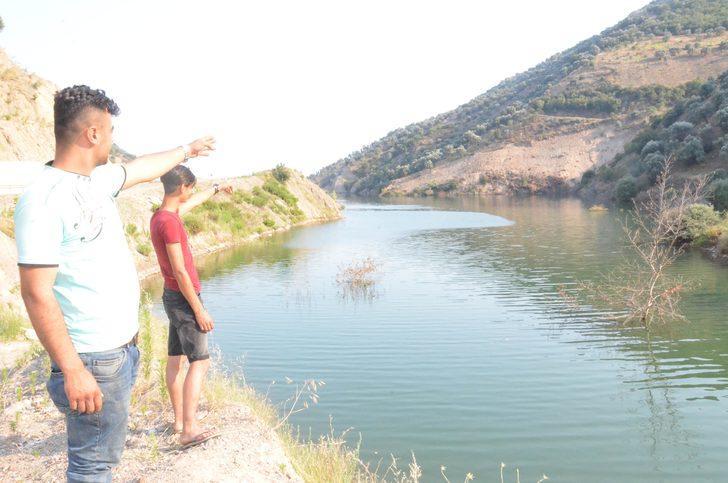 Baraj gölü kenarında çalışan kepçe, sulara gömüldü