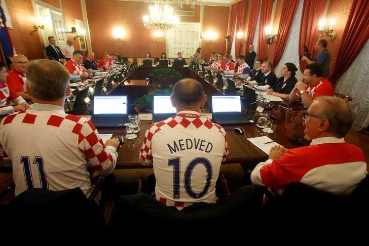Hırvatistan'da başbakan ve bakanlar hükümet toplantısına formalarla katıldılar!