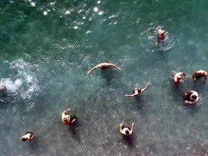 VAN Gölü kenarında bulunan, denize kıyısı olmadığı halde Türkiye'de ilk kez mavi bayrak verilen Mollakasım Halk Plajı, tatilcilerin akınına uğruyor.