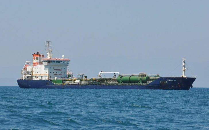 Su alan akaryakıt tankerinin kaptanı yardım çağrısı yaptı