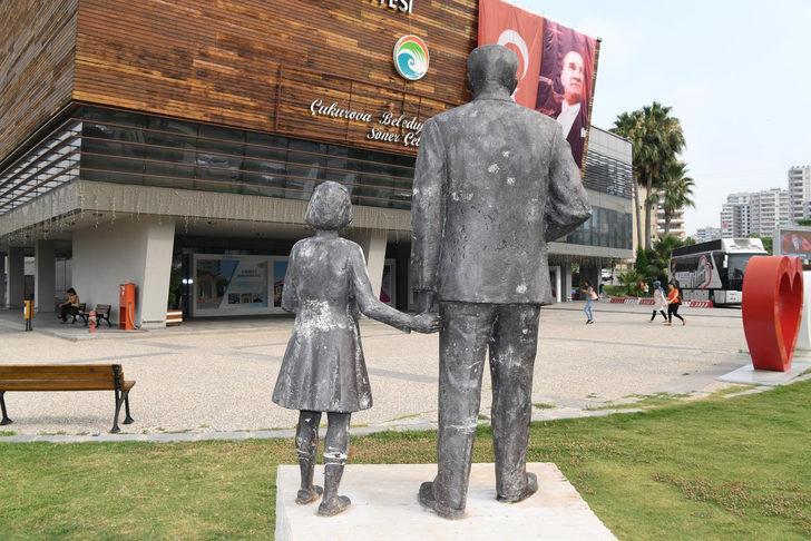 Atatürk büstüne sardıran şüpheliye ev hapsi
