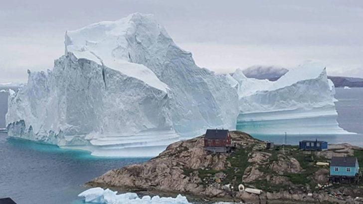 Kuzey Kutbu'ndaki Grönland adasında buz dağının yaklaştığı köy tahliye edildi!
