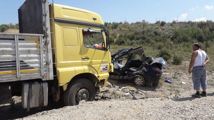 Kamyon ile otomobil çarpıştı: 3 ölü, 1 yaralı