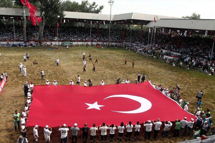 Kırkpınar Er Meydanı'nda Türk bayrağı gezdirildi