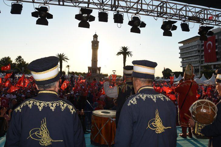 İzmir'de şehitler için anma etkinliği düzenlendi