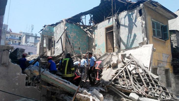 Mersin'de 2 katlı bina çöktü