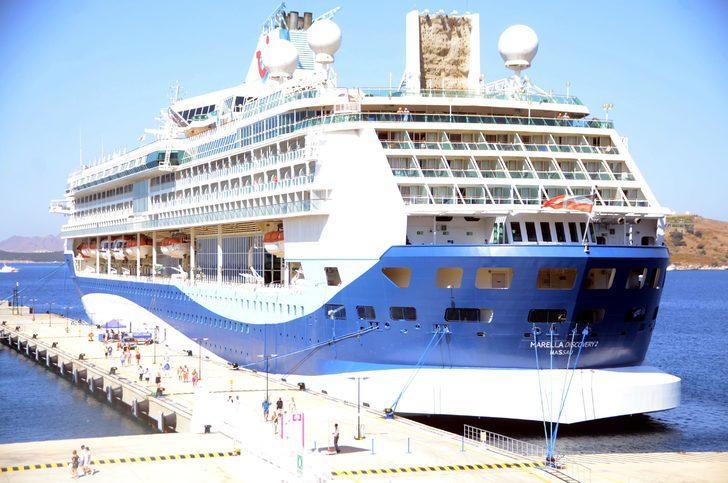 Bodrum'a gelen yolcu gemisi, esnafın yüzünü güldürdü