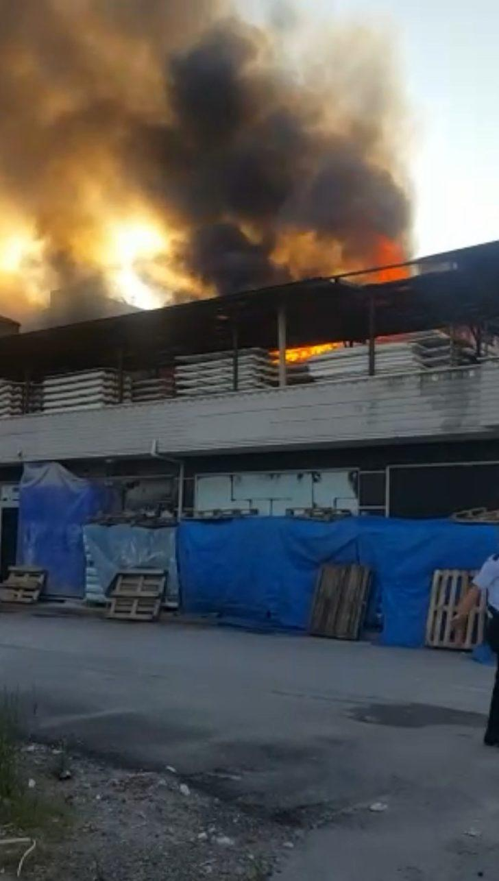 Sakarya'da fabrikanın çatısı ve deposu yandı