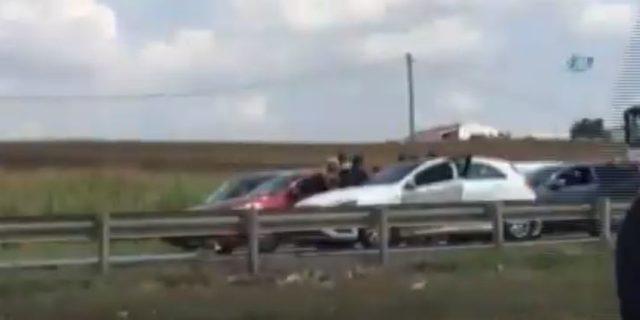 Trafikte kadın sürücülerin saç saça baş başa kavgası kamerada