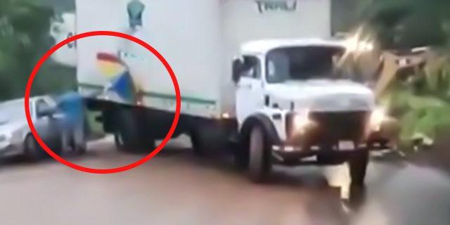 Şemsiye ile kamyonu durdurdu