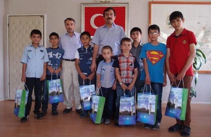 Başkan Uzunkaya'dan Kuran Kursu Öğrencilerine Hediye