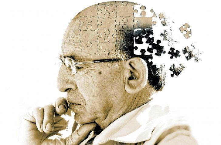 Alzheimer belirtilerine dikkat! Hasta kadar yakınlarını da ilgilendiriyor