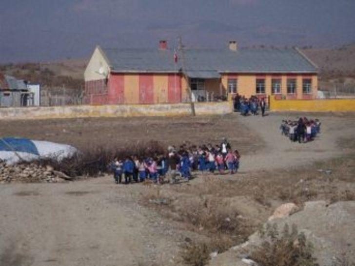 Öğrencilere Okul Geçidi Görevlisi Kıyafeti Verildi
