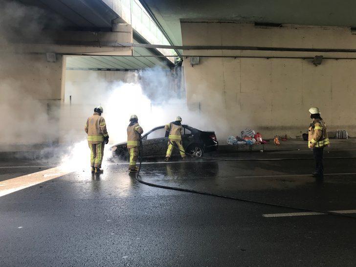 İstanbul D-100'de araç yangını! Trafik durdu