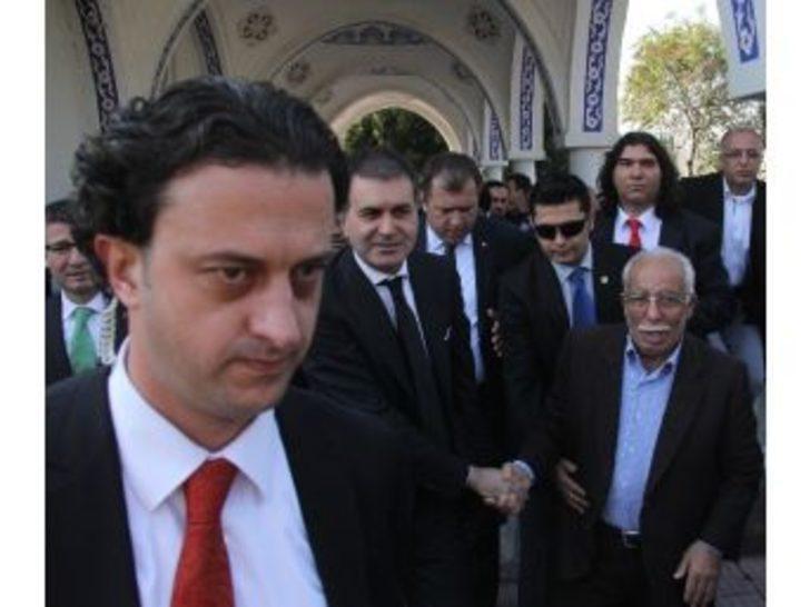 Bakan Çelik'in Gittiği Camide Yer Kalmayınca Vatandaş Cuma Namazını Bankta Kıldı