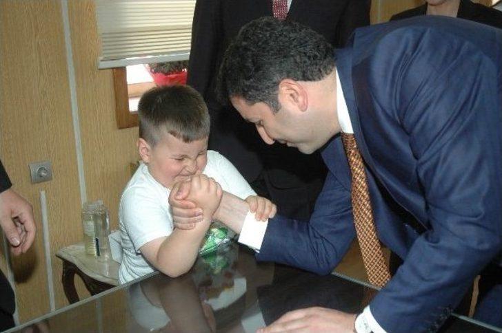 Başkan Eroğlu, Minik Mert'le Bilek Güreşi Yaptı
