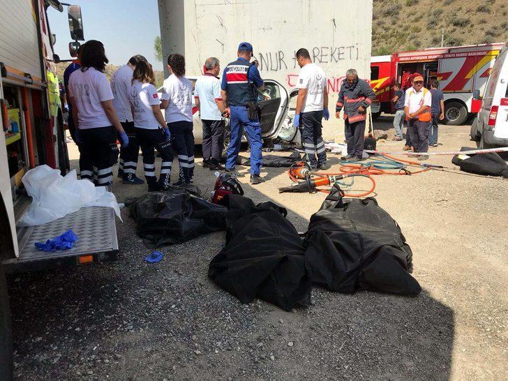 Aşırı hız kazasında ölen aynı aileden 4 kişinin cenazesi Erzurum'da