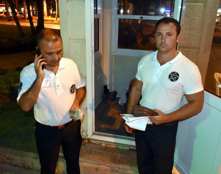 İçinde dolar bulunan çantayı polise teslim eden güvenlikçilere ikramiye