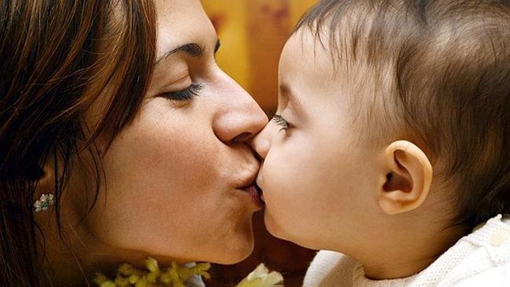 Çocuğu dudaklarından öpmek 'fazla seksüel'
