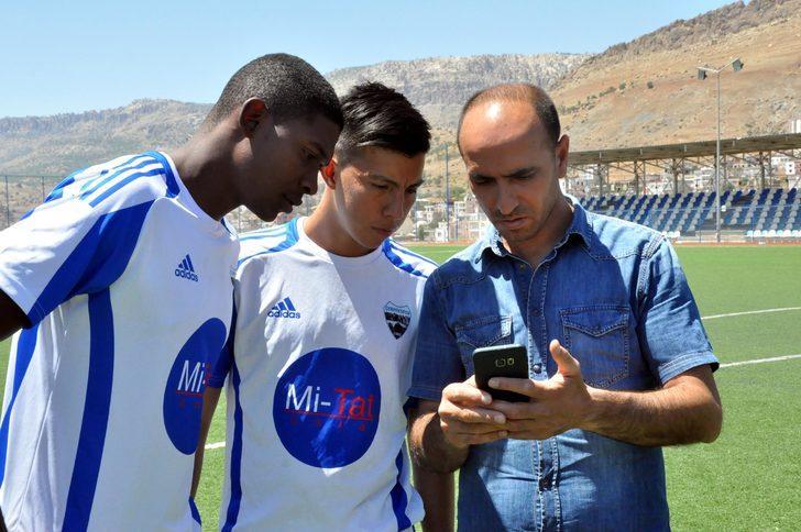 Diyarbakır'a gelen Kolombiyalı futbolcular, çeviri programıyla anlaşıyor