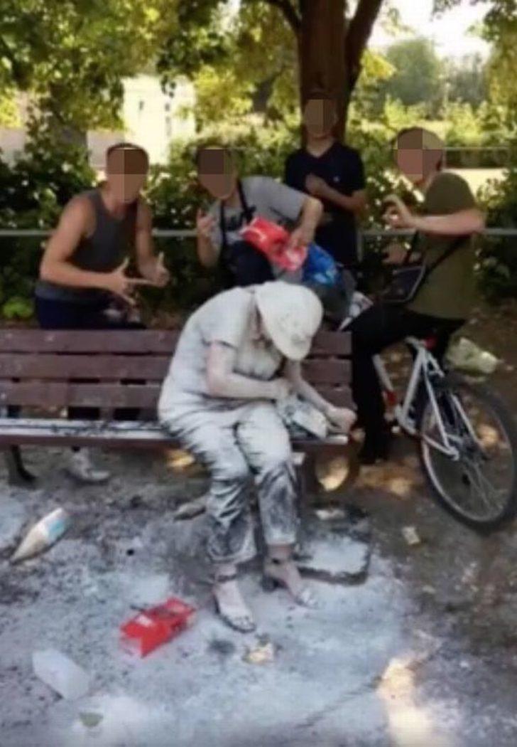 Terbiye yoksunları! Engelli yaşlı kadınla böyle eziyet ettiler!