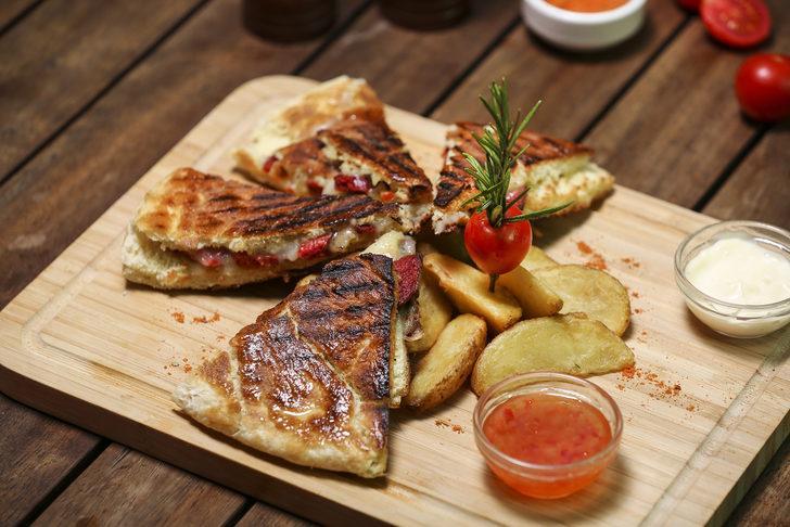 Sucuklu kaşarlı tosttan sıkılanlara özel tadıyla efsaneler yaratan tost tarifleri