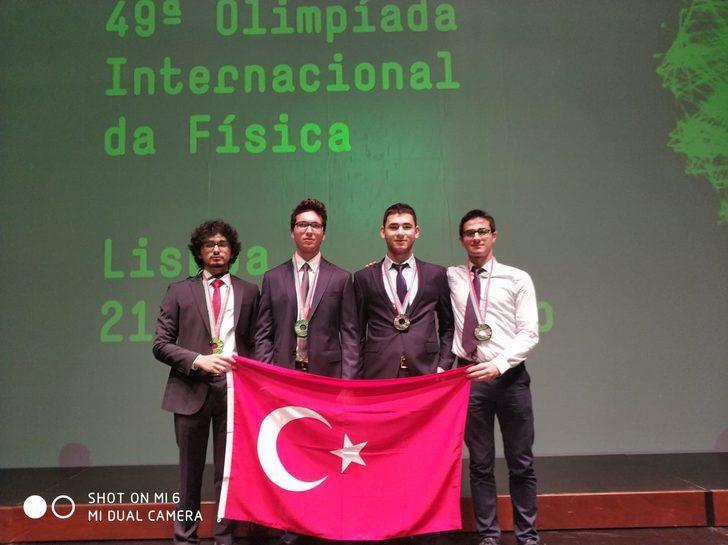 Lise öğrencileri Portekiz'deki 'Fizik Olimpiyatları'ndan madalyalarla döndü