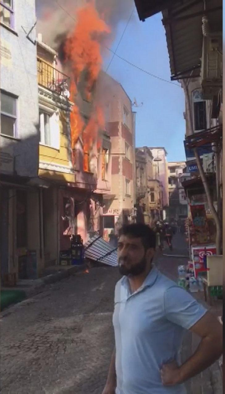 Kumkapı'da 3 katlı bina alev alev yandı (1)