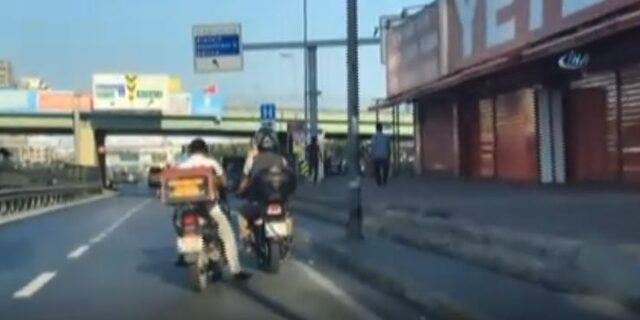 Benzini biten motosikleti ayağı ile itti