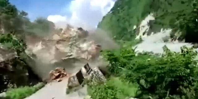 Dev kaya parçasının altında kalmaktan son anda kurtuldular