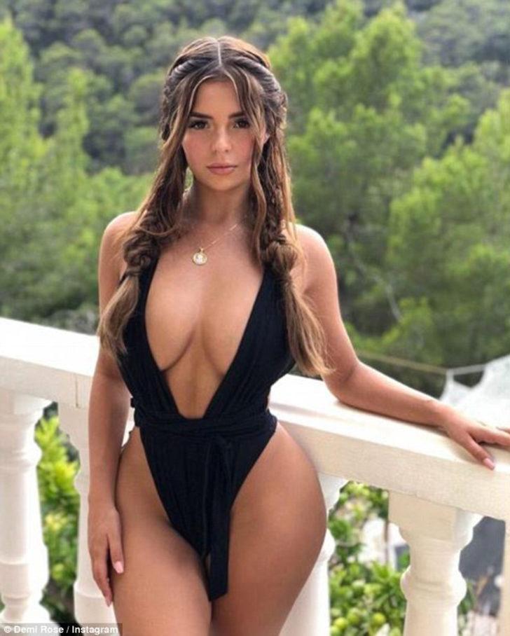 Rose'un sosyal medya hesabından paylaştığı bikinili pozu sosyal medyayı salladı
