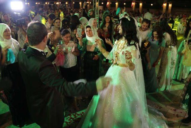 Şanlıurfa'daki Şedadi aşiretinden iş adamı Yusuf Geçgel'in avukat oğlu Dinay aşiretinden Yasemin Özdemir ile evlendi. ile ilgili görsel sonucu