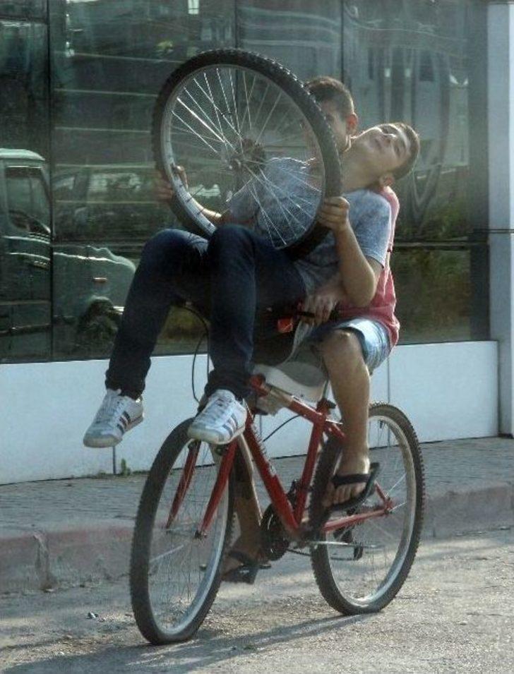 Bisikletle Tehlikeli Yolculuk