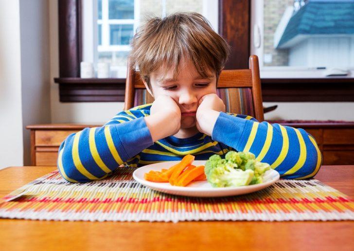 Şimdi şapkayı çıkarıp önünüze koyma zamanı: Çocuğunuzun yememesinin sebebi siz misiniz o mu?