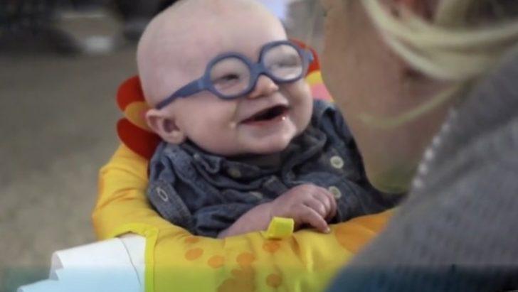 Bu dünyanın en güzel anı değil de ne! Görme bozukluğu olan albino bebeğin annesini ilk kez gördüğü an