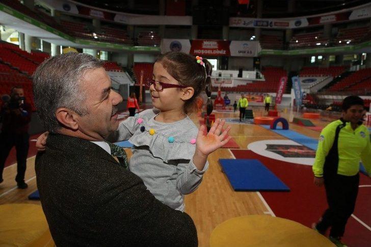 Başkan Çelik'ten Spor Yapan Miniklere Sürpriz