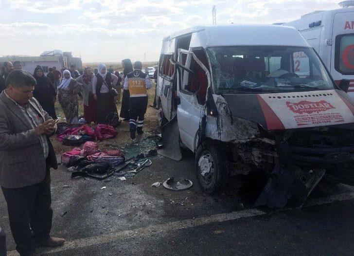 Mardin'de Öğrenci Servisi İle Otomobil Çarpıştı: 1'i Ağır 11 Yaralı