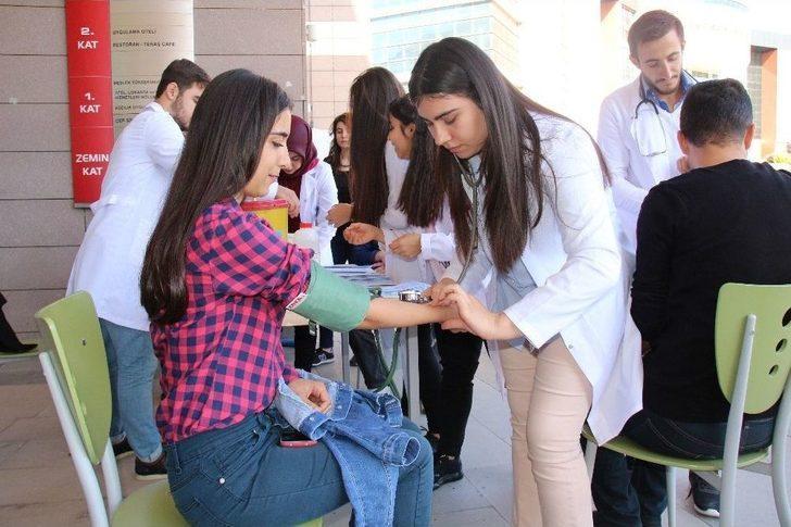 Sağlık Yüksekokulu Öğrencilerinden Diyabet Günü Etkinliği