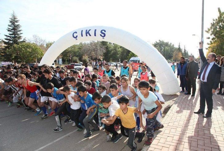 Gaün'de Öğrenciler Ulu Önder Atatürk Anısına Koştu