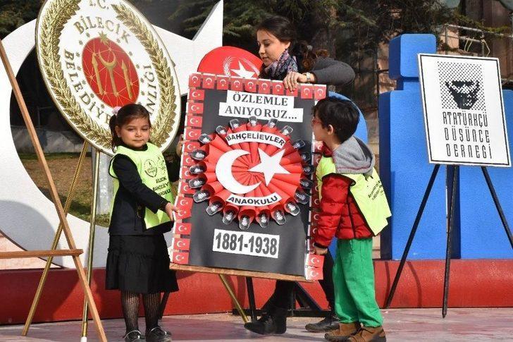 Minik Eller Atatürk Anıtına Çelenk Bıraktı