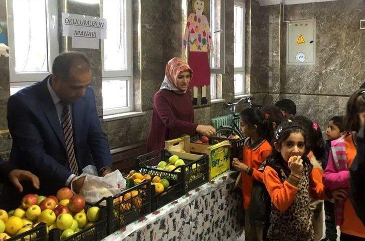Öğrencilere Okul Manavından Ücretsiz Meyve