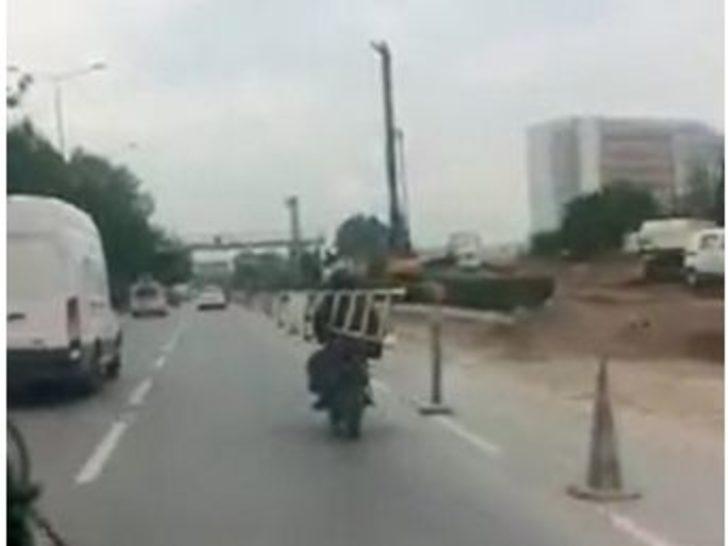 Trafikte Merdivenle Yolculuk Şaşırttı
