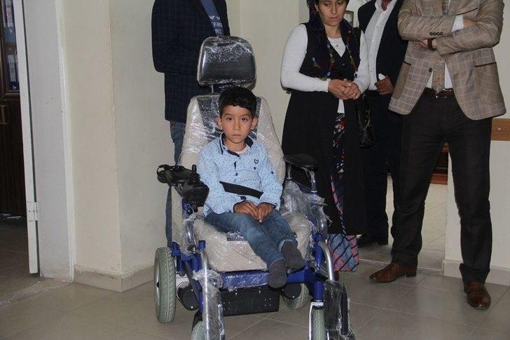Kaymakamdan Doğuştan Engelli Çocuğa Akülü Araç