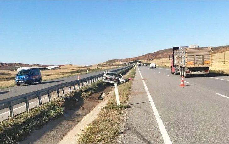 Otomobil Su Kanalına Devrildi : 3 Yaralı