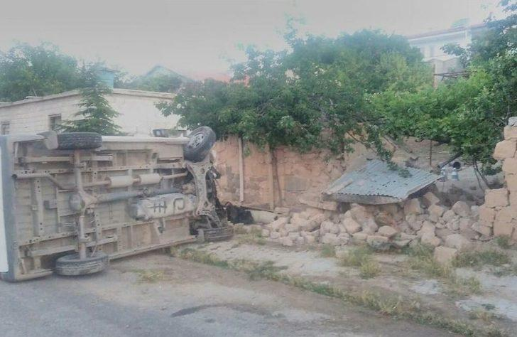 Hafif Ticari Araç Bahçe Duvarına Çarptı : 4 Yaralı