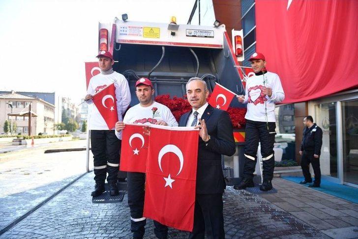 Başkan Mehmetçik İçin Bayrak Ve Karanfil Dağıttı